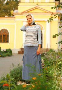 Женщинам и девицам надлежит носить юбки и платья