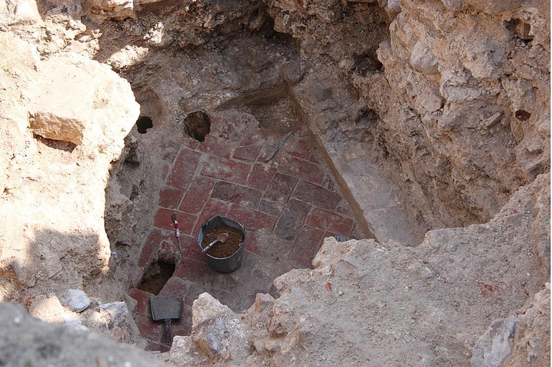 В земле обнаружили начало крыльца с частью галереи перед парадной палатой. дворец