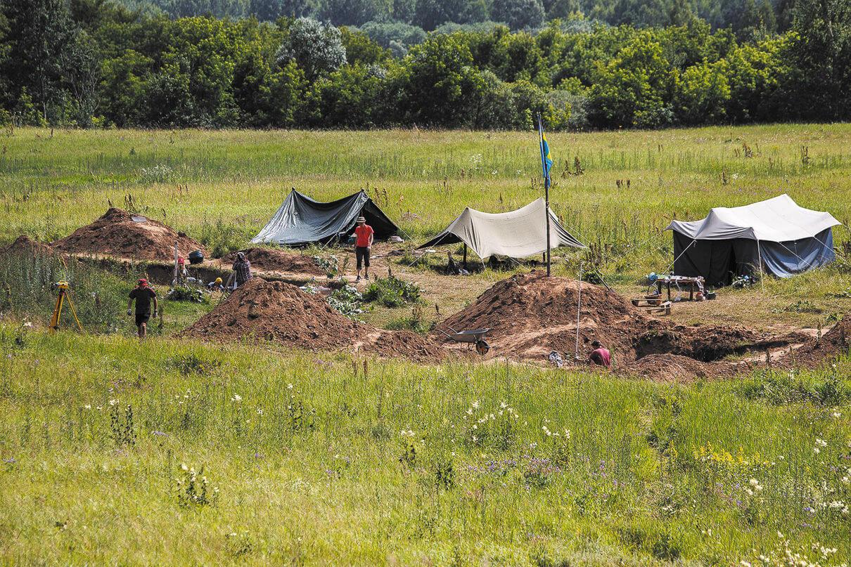 Лагерь археологов, раскапывающих курганы в пойме Днепра
