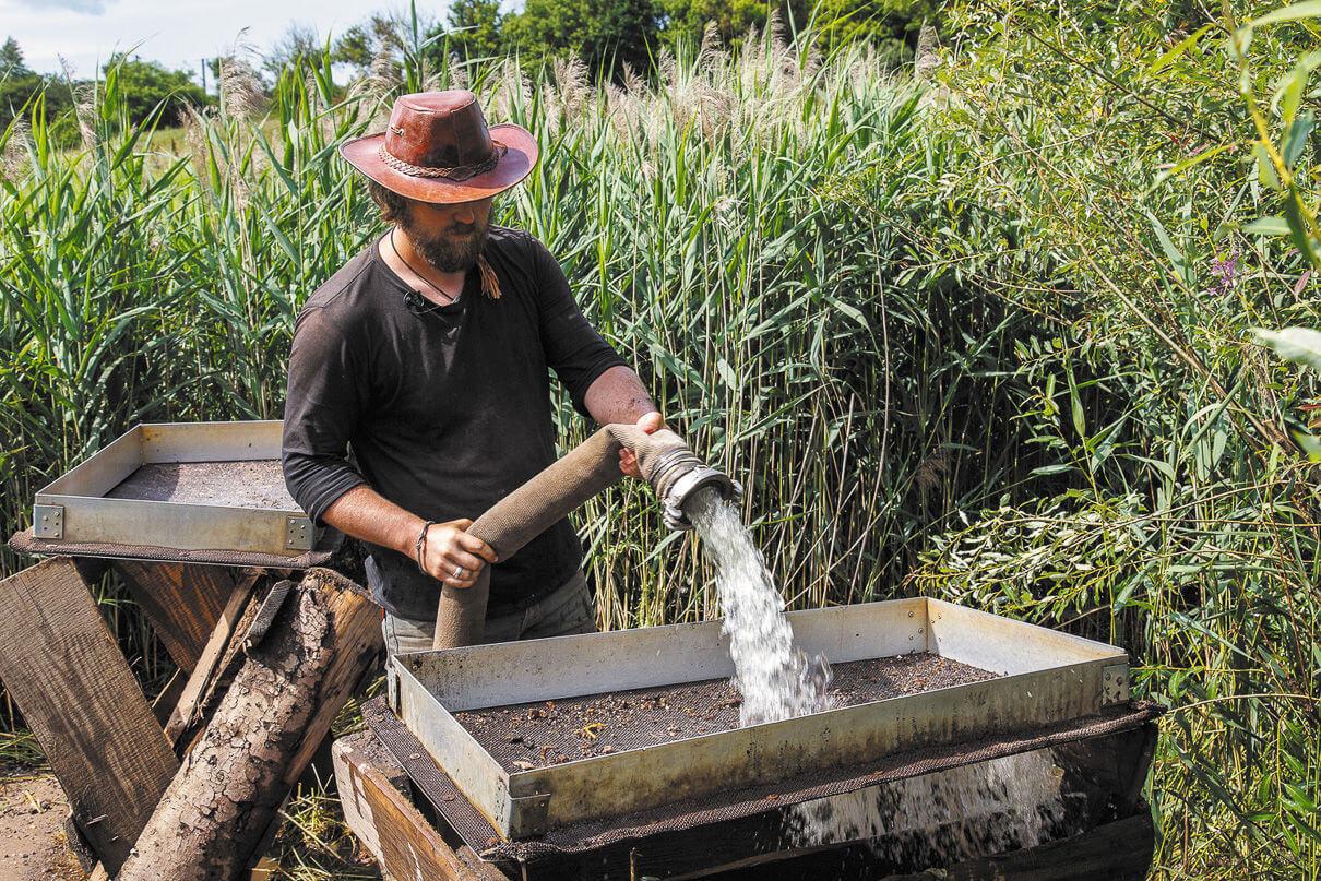Сергей Вепрецкий отвечает за очень важный этап поисков — промывку грунта. В археологии порой бывает важной находкой даже рыбья чешуя
