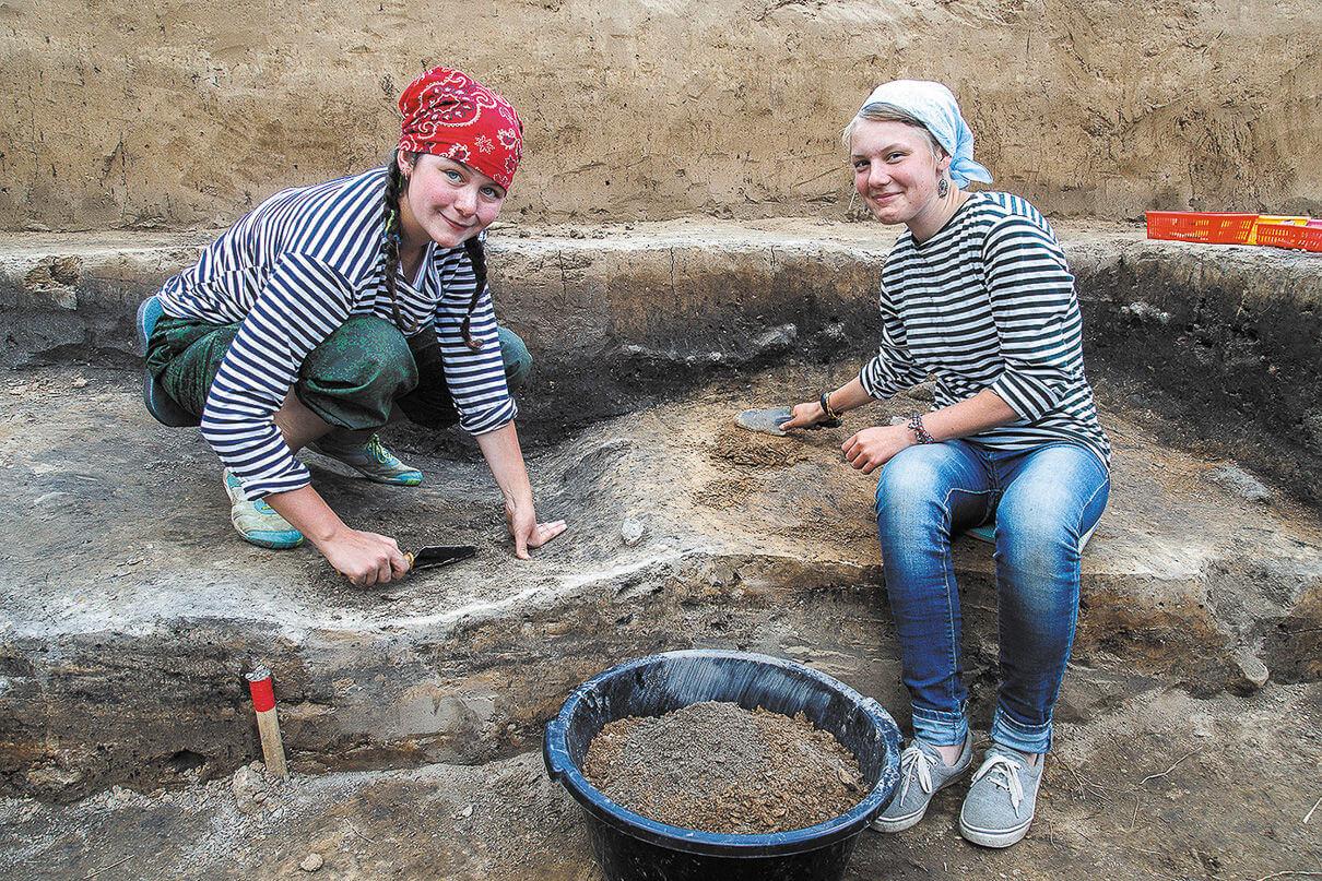 Каждый раскоп делится на квадраты, грунт в культурном слое убирается по слоям, чтобы точно знать, где сделана даже самая мелкая находка