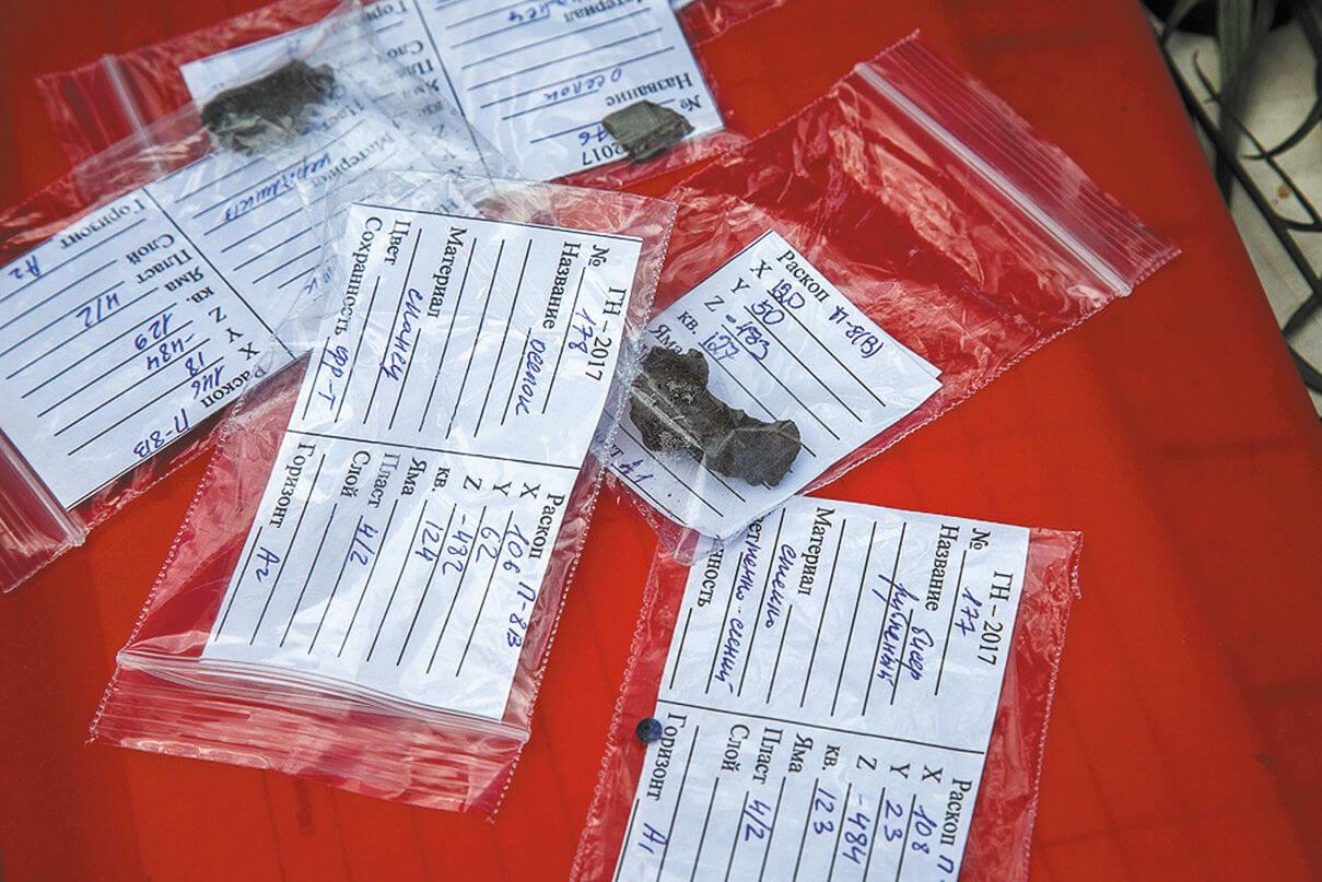Наиболее интересные артефакты описываются, упаковываются в такие пакетики и отправляются в лаборатории для экспертиз или реставрационной работы