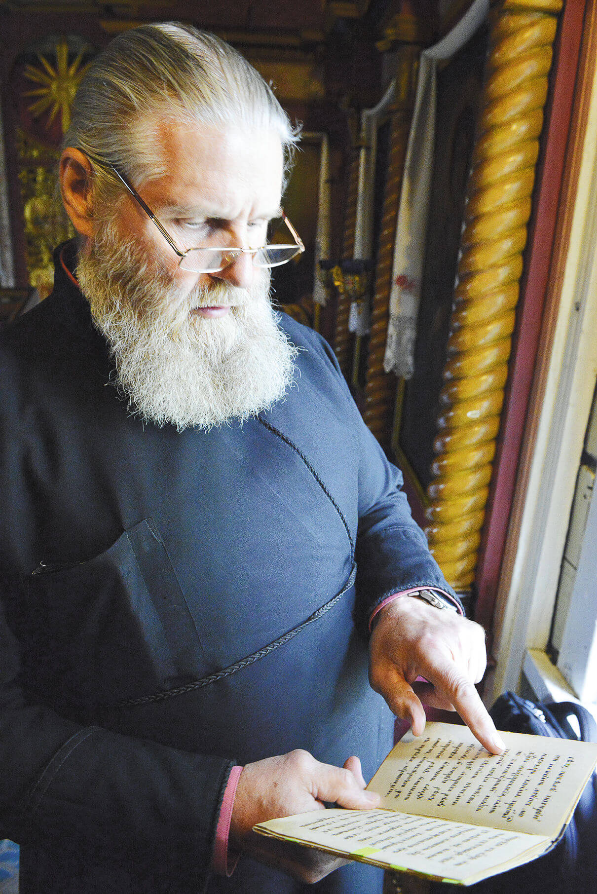 Отец Владимир Краев, настоятель Владимирской церкви, показал рукописные списки