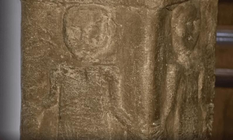 В средней части Збручского идола мы видим изображение мужчин и женщин - людей, которые взялись за руки образуя таким образом круг - символ солнца, они танцуют хоровод. Возможно празднуют Новый год древних славян