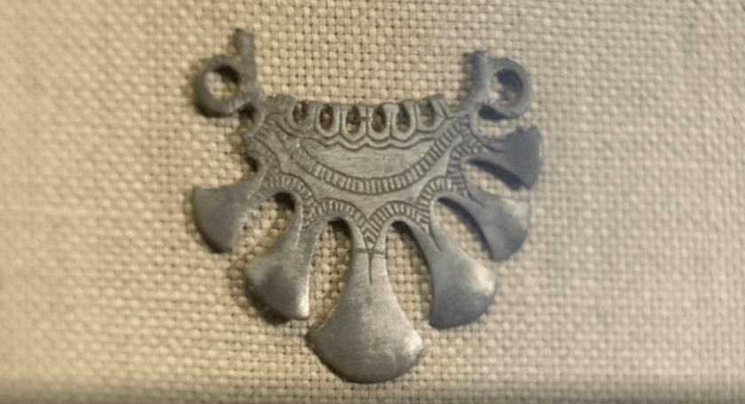 женское украшение, которое крепилась к головному убору в области висков