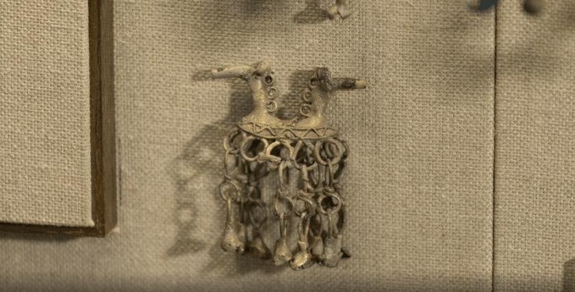 Подвеска выполнена в виде двух направленных в разные стороны коней, возможно имеют отношение к празднованию Нового года древних славян