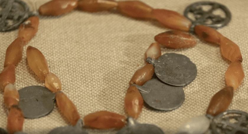 Янтарное ожерелье с многочисленными круглыми и кольцеобразными привесками