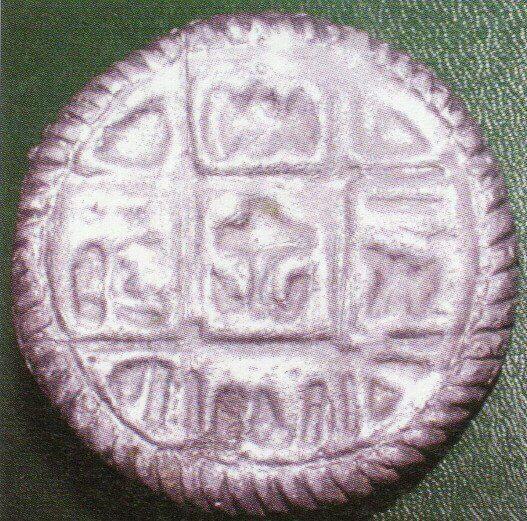 Рис. 11. Древнерусские просфорные печати с крестом мальтийского типа и с процветшим крестом (Зеркальный снимок)