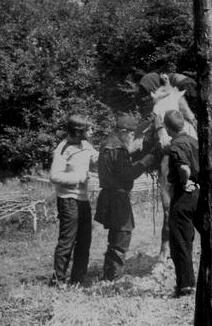 Отец Палладий провожает экспедицию Новосибирского университета, рядом с ним студенты A. Марголис и Г. Енин, 1967. Случайная фотография.